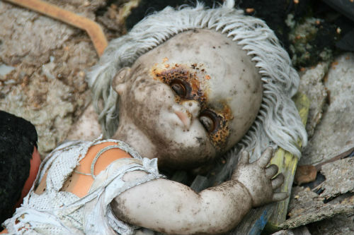 Abandoned-Doll-Chernobyl-Zone-outside-Pripyat-kindergarten-in-2009