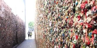 Ściana obklejona zużytumi gumami do żucia