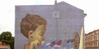 Mural przedstawijący chłopca myjącego zęby przy zlewie