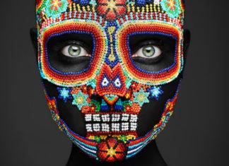 Kobieta z makijażem przypominającym maskę