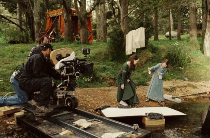 Ekipa filmowa filmująca scenę w lesie