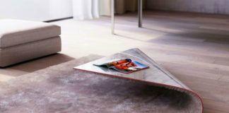 Dywan z zawiniętym do góry rogiem, który tworzy stolik