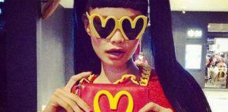 Dziewczyna w okularach Moschino i z torebką
