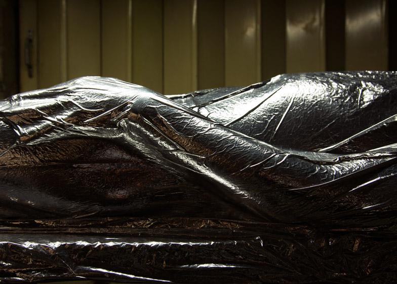 lucy mcrae ludzki odkurzacz srebrna folia zbliżenie HIRO