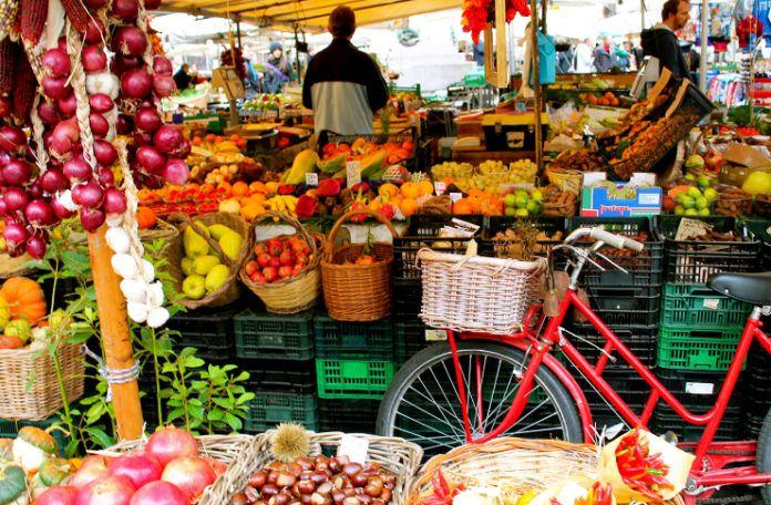 Widok straganu z owocami i warzywami