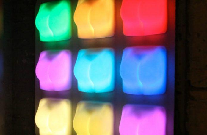 Kolorowe lampy w kształcie pośladków
