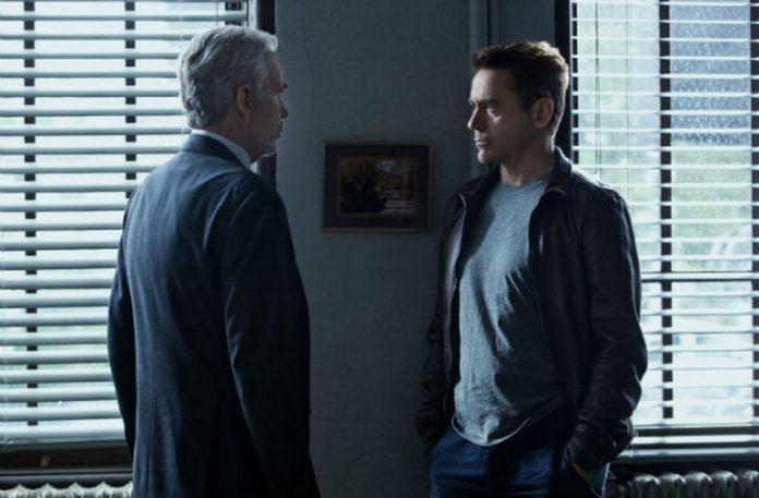 Dwóch mężczyzn stojących w pokoju