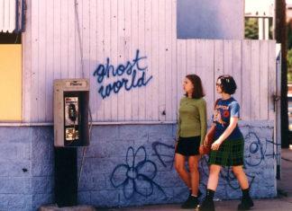 Dwie dziewczyny idące po ulicy wzdłóż ściany