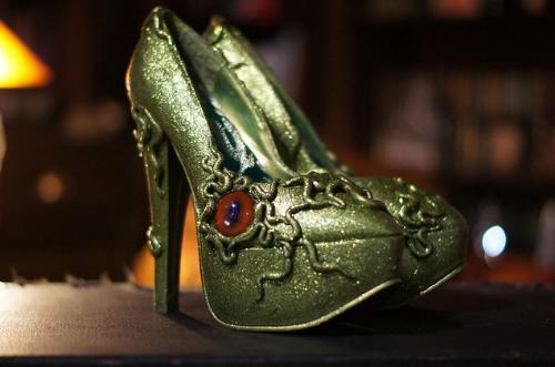 http://1.bp.blogspot.com/-1QnYxmn4b7Y/TeRisWdwkiI/AAAAAAAAAag/Bx6NQvk3KTA/s1600/cthulhu-heels.png