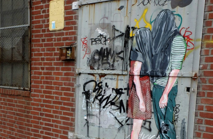Mural na ścianie przedstawiający parę, która ma nakryte głowy