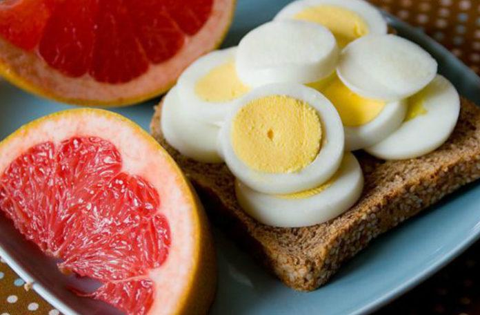 Kanapka z jajkiem i przekrojony grejpfrut