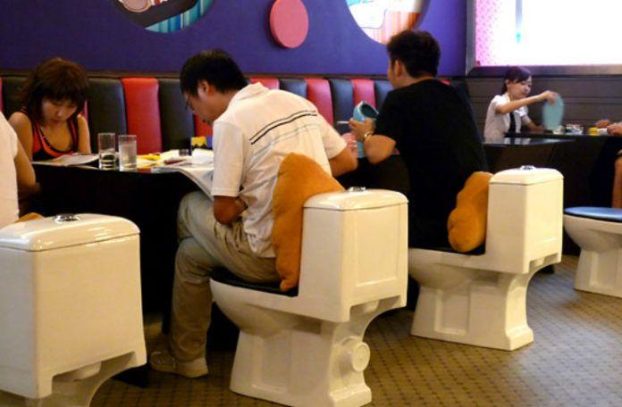 Restauracja z toaletami zamiast krzeseł
