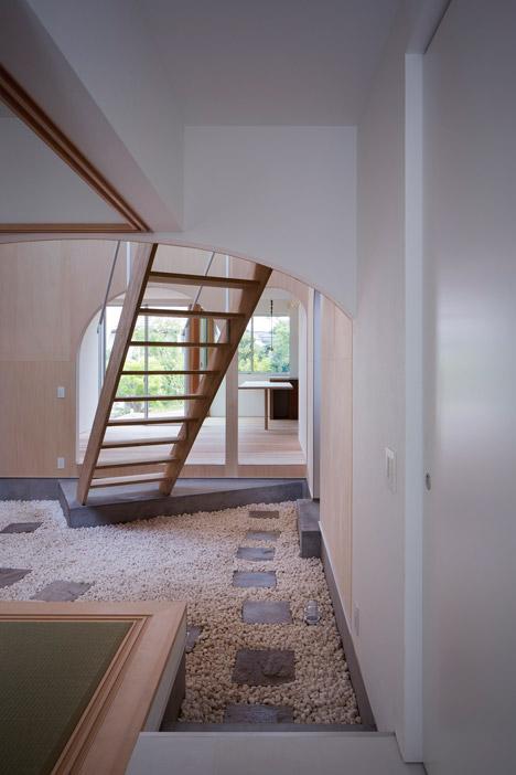 Courtyard-in-Kudamatsu-by-Container-Design_dezeen_468_6