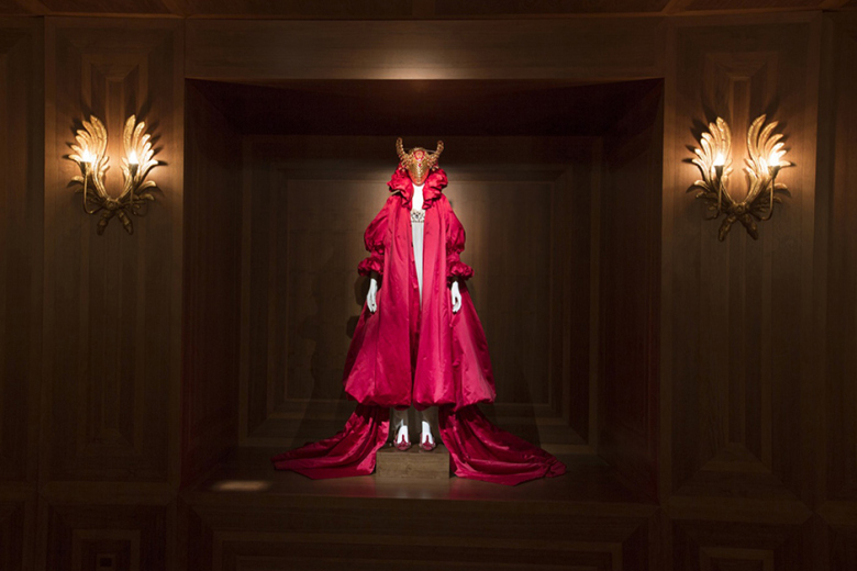 a-look-inside-the-opening-of-alexander-mcqueen-savage-beauty-6