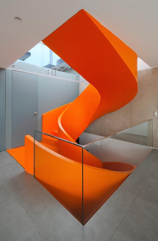 Flashy-Orange-Staircase-in-Modern-Home-11