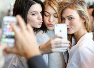 Trzy dziewczyny robiące sobie selfie