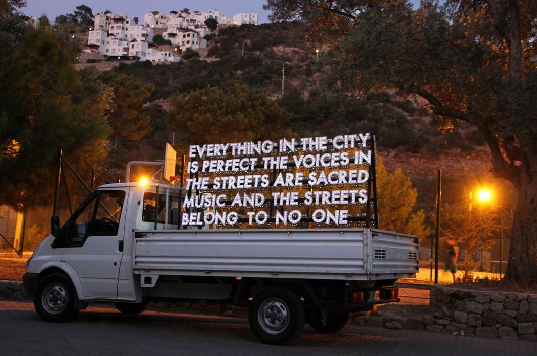 Napis w postaci neonu umieszczony na ciężarówce
