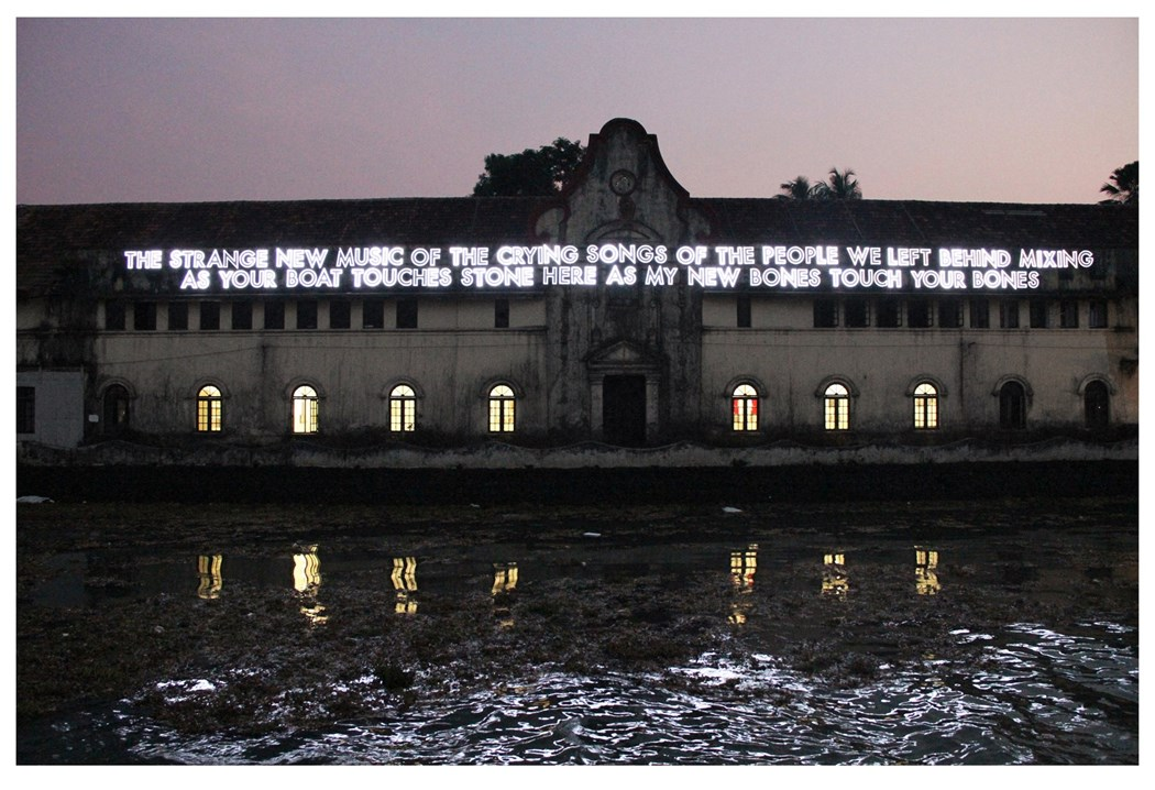Napis w postaci neonu umieszczony na budynku