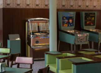 Kolak z krzesłami i automatami do gry