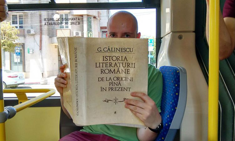 Romanian-City-Gives-Free-Bus-Rides-To-People-Who-Read-Books-Inside1__880