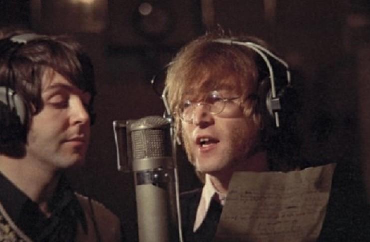 Paul McCartney i John Lennon przy mikrofonie i w słuchawkach