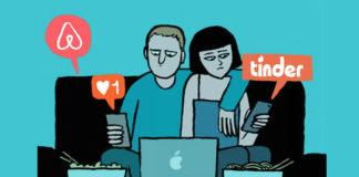Grafika przedstawiająca parę siedzącą na kanapie, otoczoną ikonkami z aplikacji