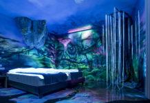 Sypialnia na której ścianach są muralne namalowane świecącymi w ciemności farbami
