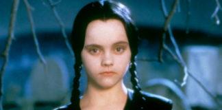 Dziewczynka ubrana na czarno, czarne włosy, czarne warkocze