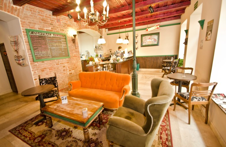 Kultowa-pomarańczowa-sofa