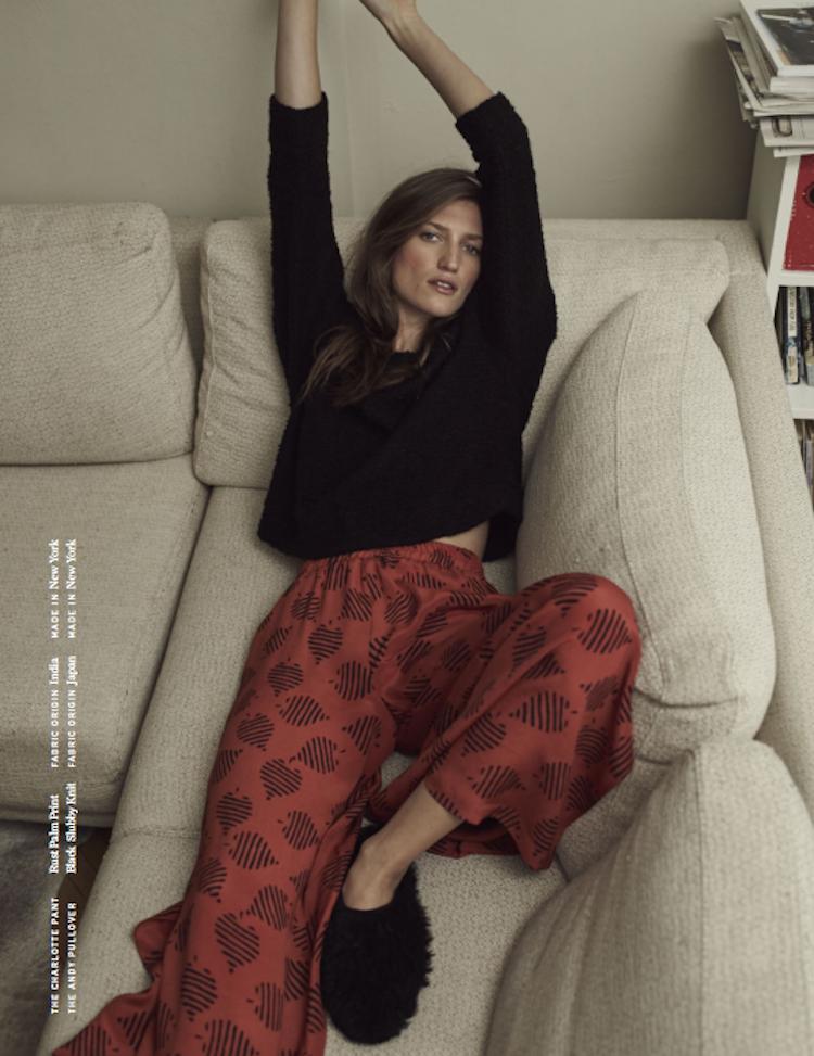 cienne-kobieta-w-czerwonych-spodniach-kanapa