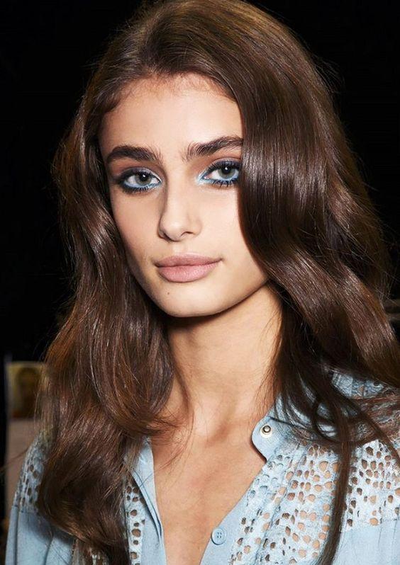 modelka victorias secret i niebieski makijaż