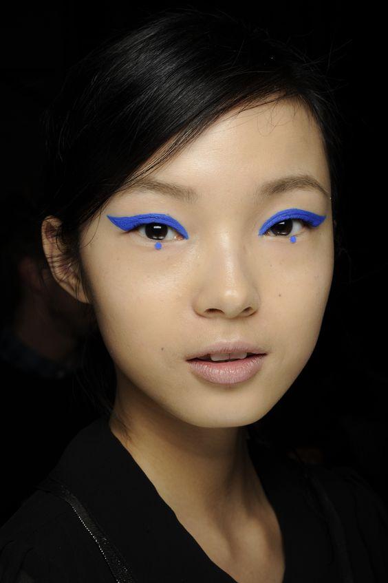 niebieski eyeliner z kropką na azjatce