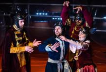aktorzy spektaklu Beniowski ubrani w kolorowe kostiumy lemurów teatr Imka