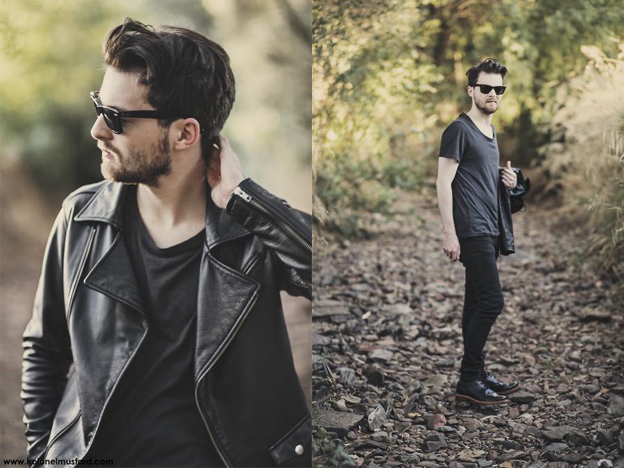 Dwa zdjęcia mężczyzny, stojący w leśnej scenerii, ubrany cały na czarno