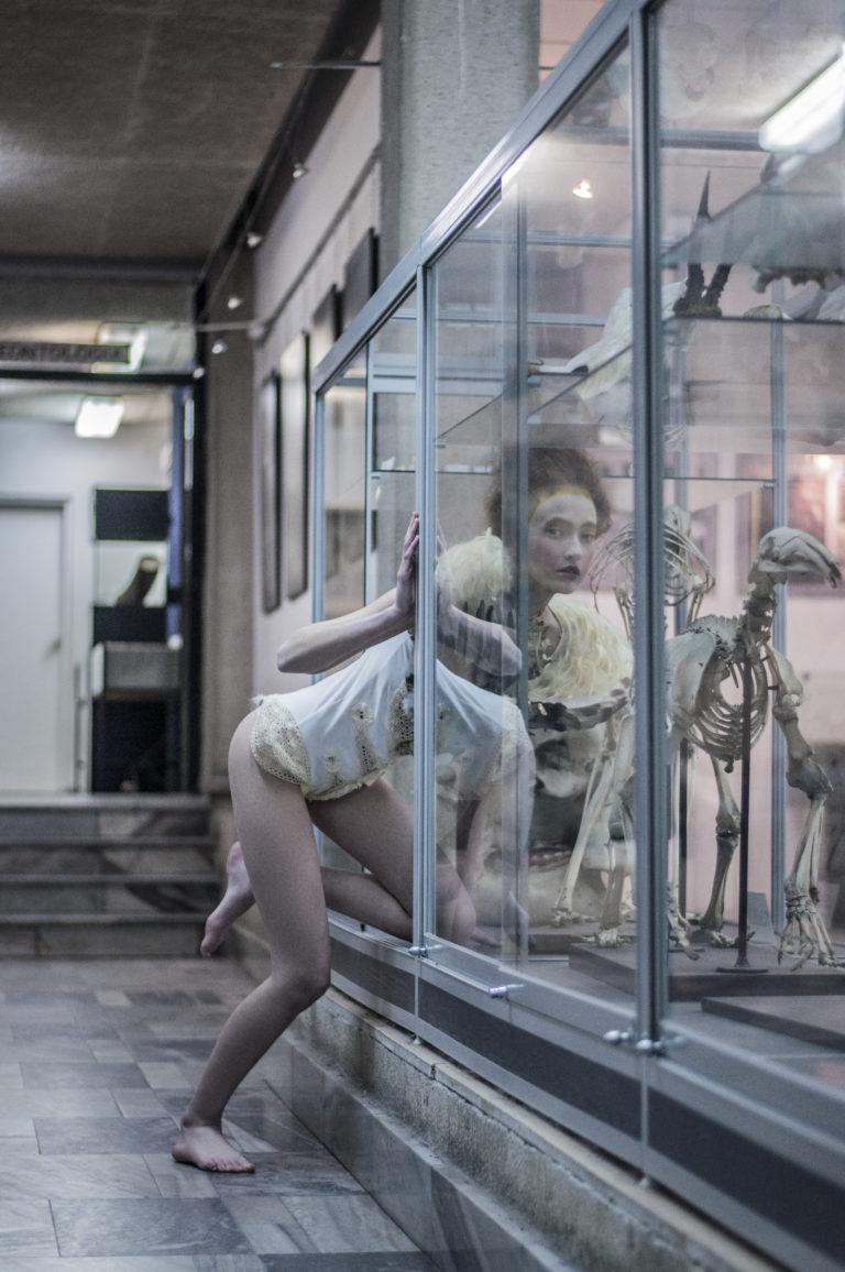 abstrakcyjna fotografia z kobietą wchodzącą w wystawę