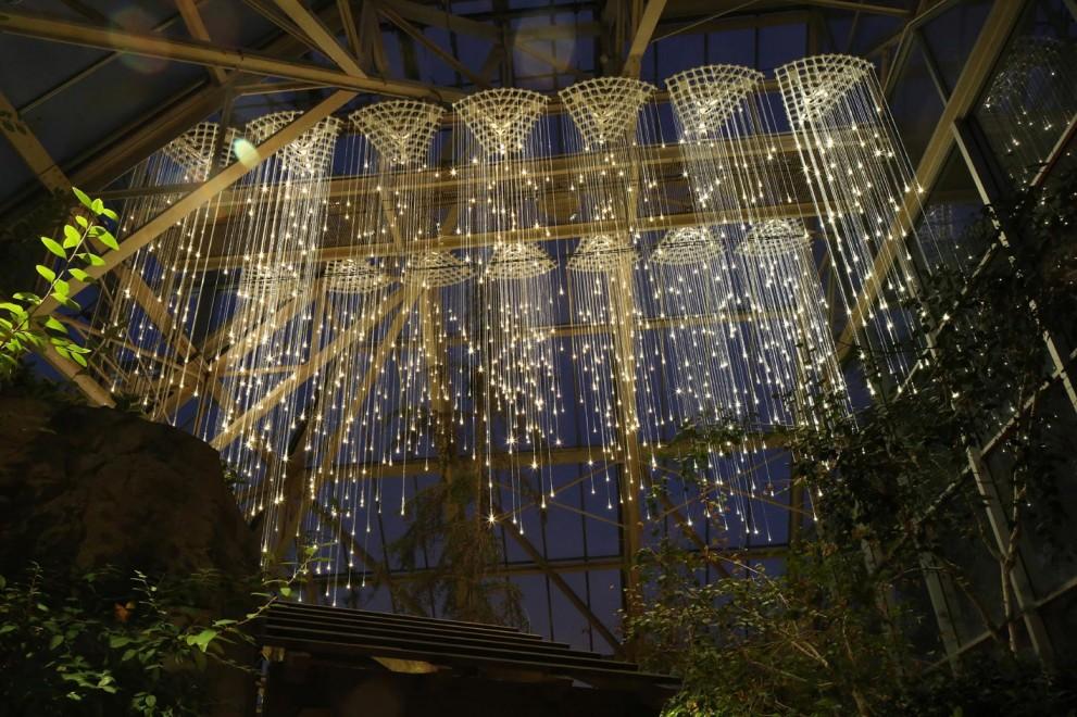 Lampki znajdujące się w zamkniętym pomieszczeniu ułożone w taki sposób, że wyglądają jak deszcz
