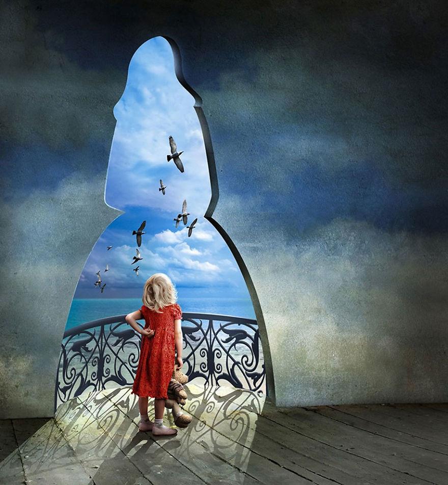surrealistyczna grafika Igora Morskiego, mała dziewczynka w czerwonej sukience i z misiem w ręce, stojąca przy wyjściu na balkon, we wnęce wyciętej na wzór dorosłej kobiety, patrząca na morze i latające ptaki