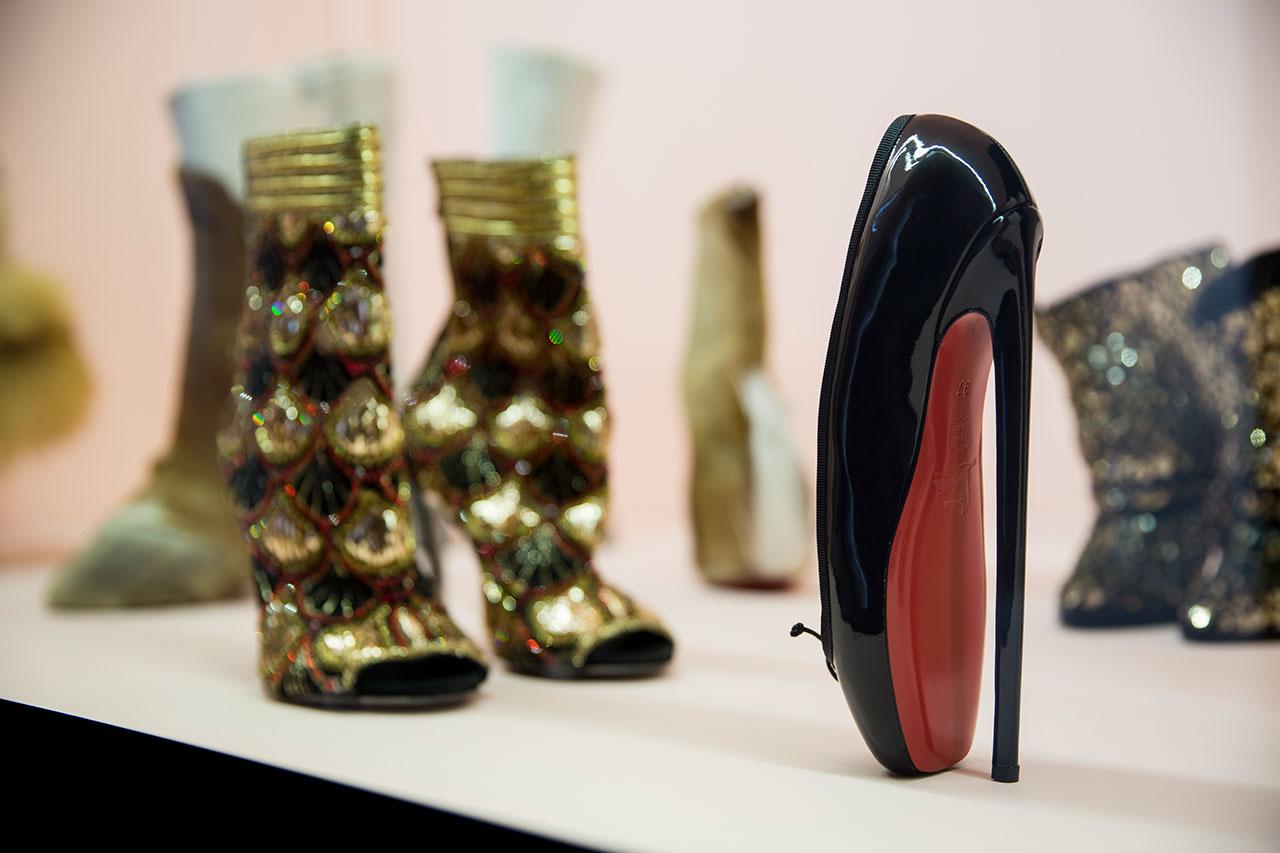 niebotycznie wysokie szpilki i złote buty na obcasie