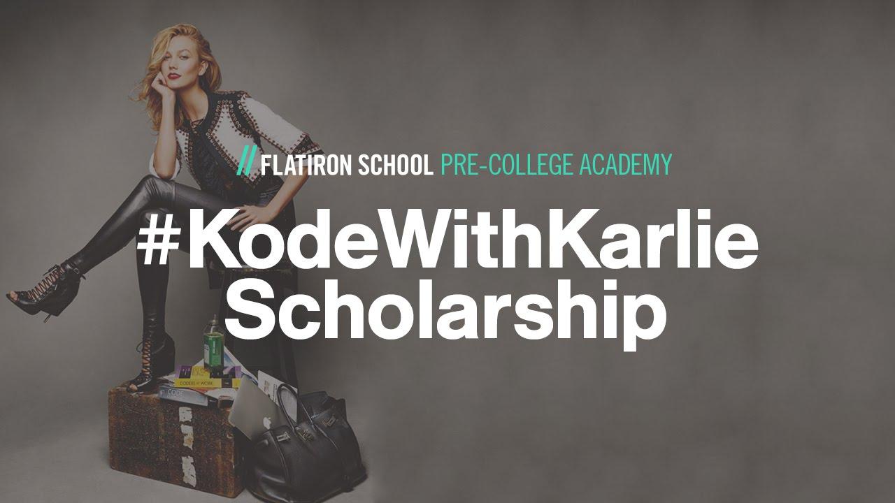 Dziewczyna siedząca na stołku, na ziemi stoją bagaże. Na zdjeciu widać napis #FlaitronSchool Pre-college Academy oraz #KodeWithKarlie Scholarship