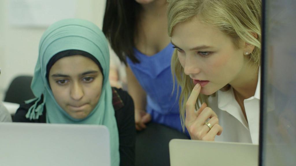 Dwie dziewczyny patrzące w swoje komputery