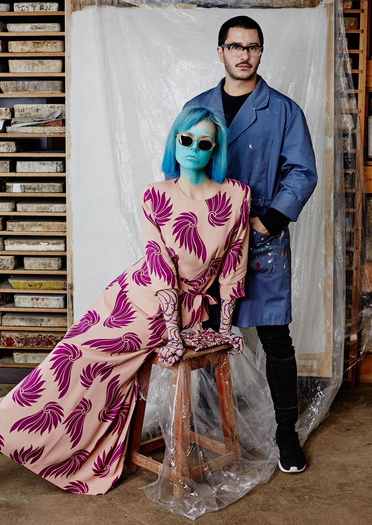 człowiek w roboczym ubraniu i modelka z pomalowaną na niebiesko twarzą i z niebieskimi włosami