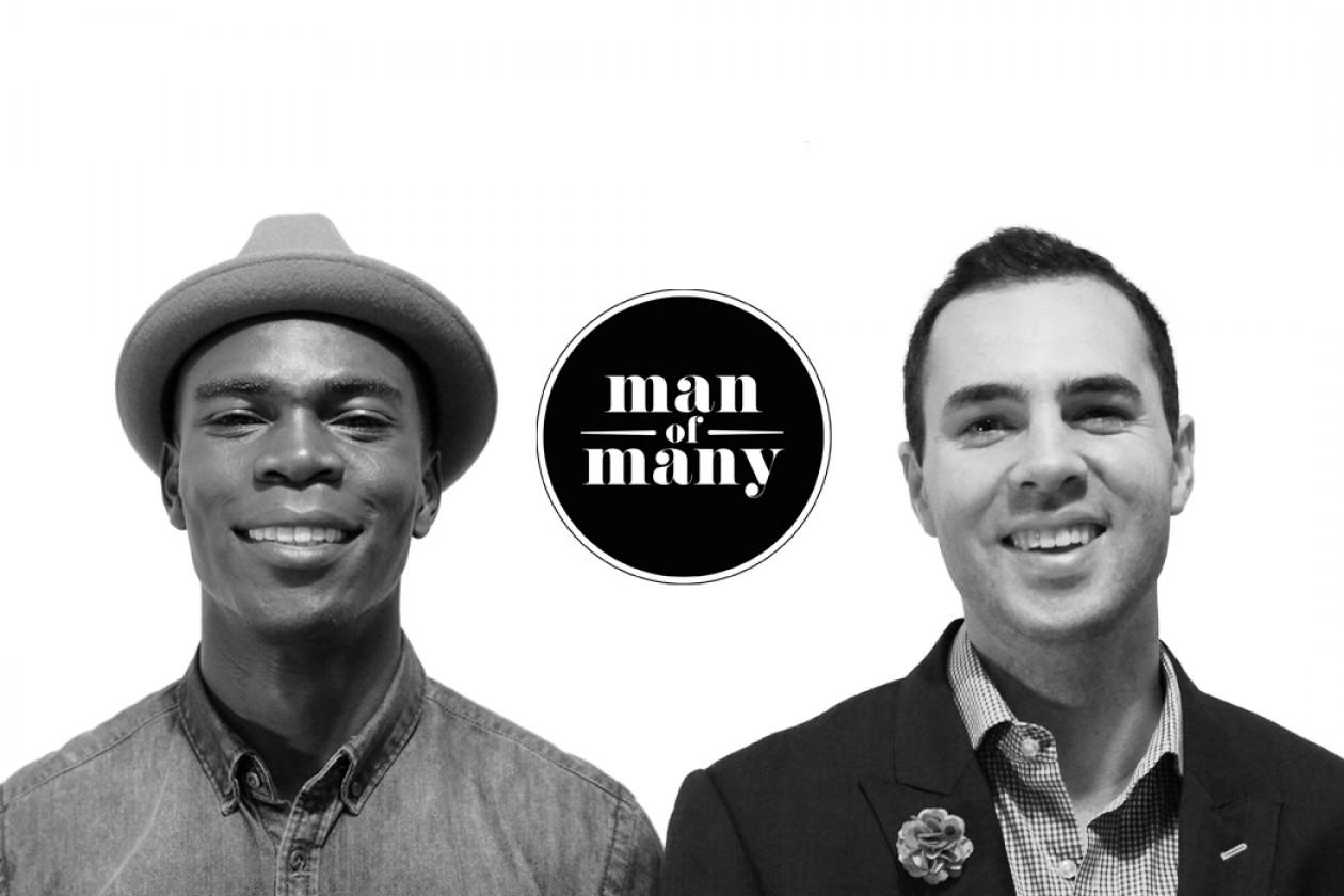 Dwóch młodych mężczyzn, pokazanych od piersi, jeden w kapeluszu, ubrani elegancko, ale z luzem, zdjęcie jest czarno-białe, między nimi znajduję się logo manofmany