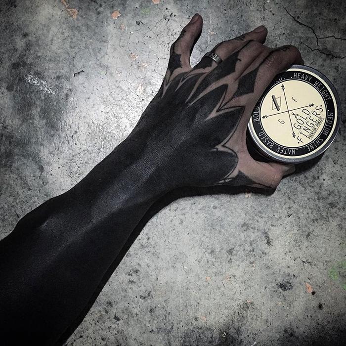 b;ackout tatuaże na ręce