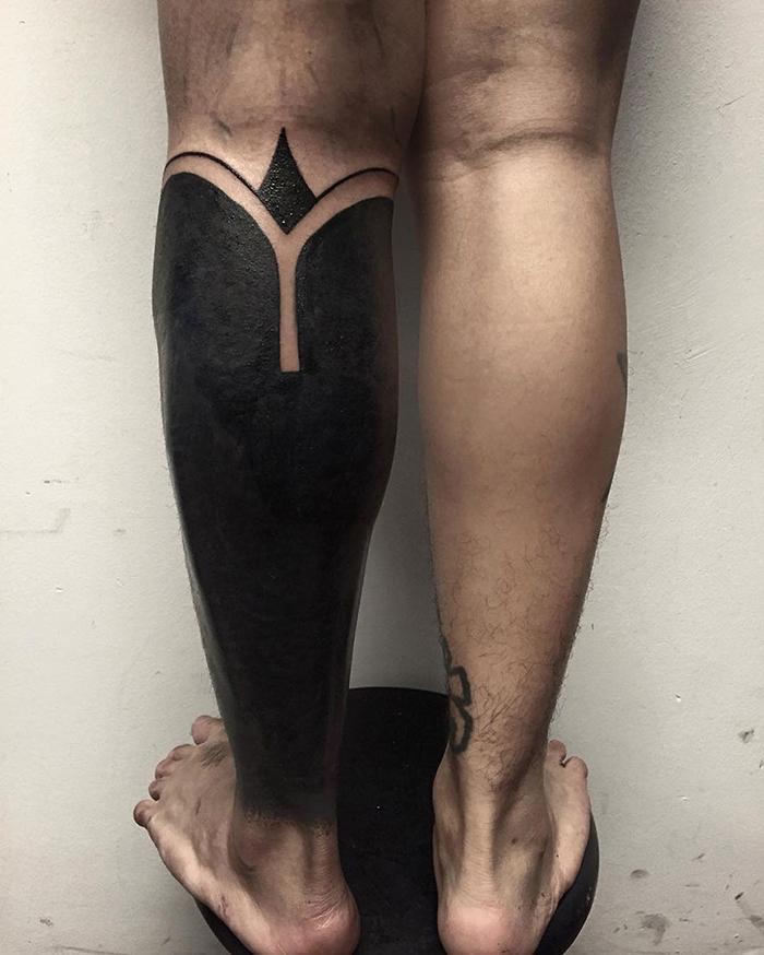 blackout tatuaż na nodze