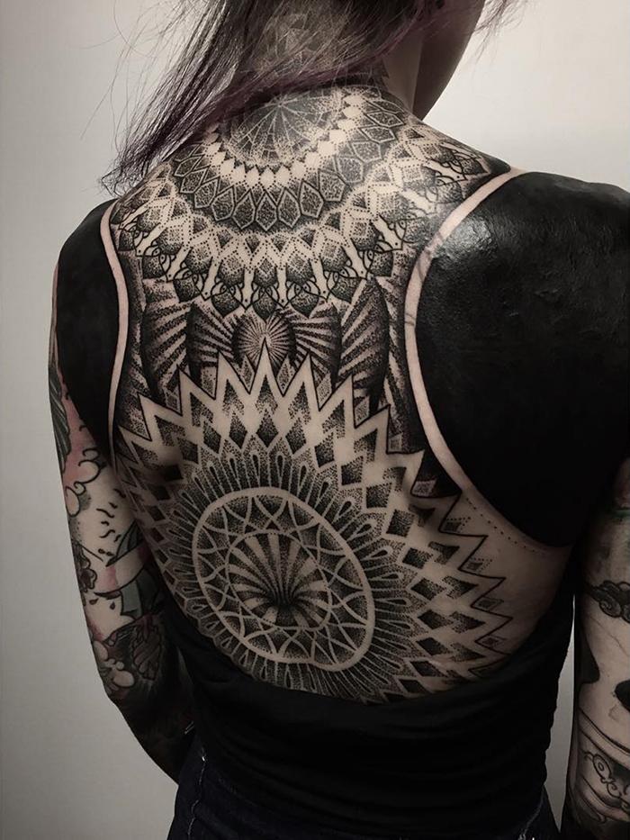 blackout tatuaże na plecach