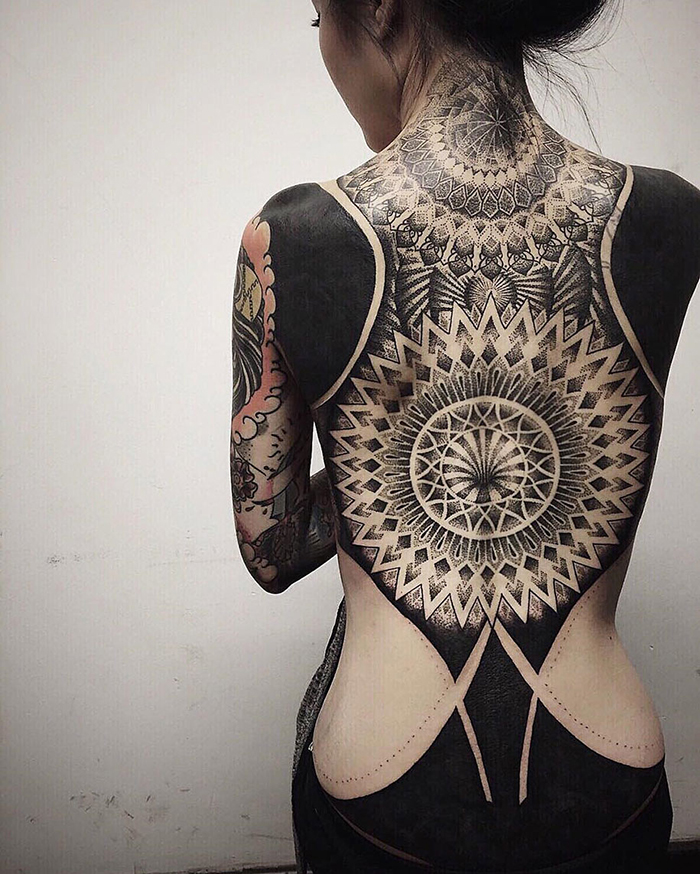 blackout tatuaże plecy