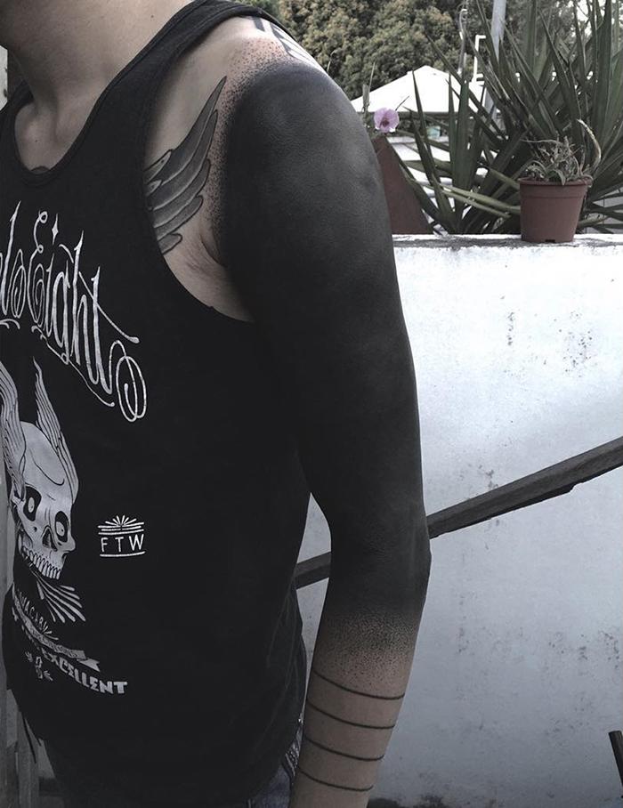 blackout tatuaże ramię