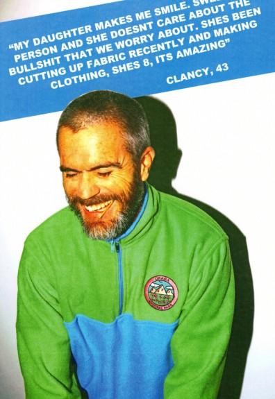 siwy mężczyzna w zielono-niebieskiej kurtce