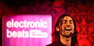 muzyk z długimi włosami na scenie electronic beats