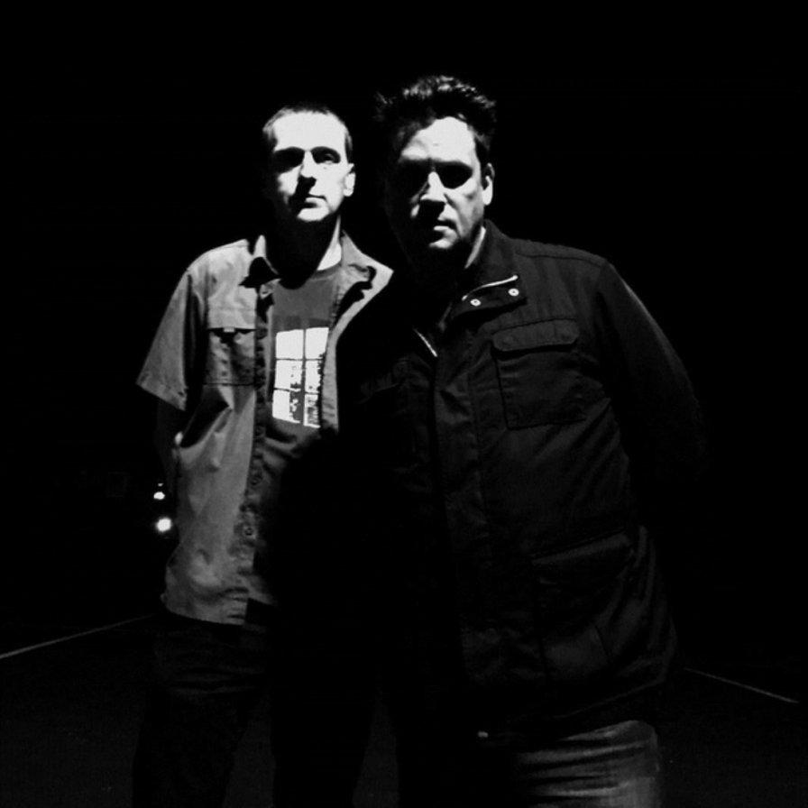 czarno-białe zdjęcie dwóch muzyków w luźnych ubraniach